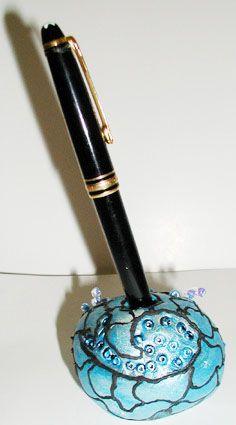 Modelage d'un porte-stylo pour soi-même ou pour offrir en cadeau. Le modelage peut être réalisé en pâte à sel ou en pâte à modeler séchant à l'air.
