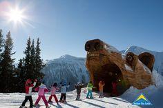 """Abenteuerliche Themenpisten sorgen in Serfaus-Fiss-Ladis für die notwendige Abwechslung beim Skifahren. Eine der zahlreichen Erlebnisfahrten, die Kinderherzen höher schlagen lassen, hat es diesen Monat in die Rubrik """"Piste des Monats"""" geschafft. Wir waren für euch wieder mit unserer 360-Grad-Kamera unterwegs. Vorhang auf für die Bärenpiste in Serfaus. Family Travel, Mount Everest, Mount Rushmore, Skiing, Camel, Vacation, Mountains, Sports, Animals"""