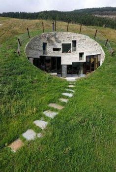 Maison en rond. Cette structure ronde enfoncée dans la terre, me fait penser aux bunkers de la guerre ce qui enlève alors le côté sympathique de ce concept...