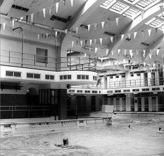 Het Oostelijk Zwembad in 1985. Het Oostelijk Zwembad is het oudste zwembad in de Nederlandse stad Rotterdam. Het is opgericht in 1932 en is sinds 1996 een rijksmonument. Het bad is gelegen aan de Gerdesiaweg in Kralingen-Crooswijk. Verder zie bron.