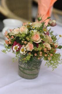 Blumenarrangements Rosamunde Pilcher inspirierte Sommerhochzeit in Pfirsich, Apricot, Pastelltöne - Heiraten in Garmisch-Partenkirchen, Bayern, Riessersee Hotel, Seehaus am Riessersee - Hochzeit am See in den Bergen - Peach and Pastell wedding