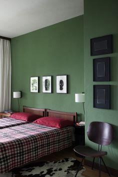 No quarto, camas de design escandinavo (anos 1960) sob desenhos de Daniel Silver
