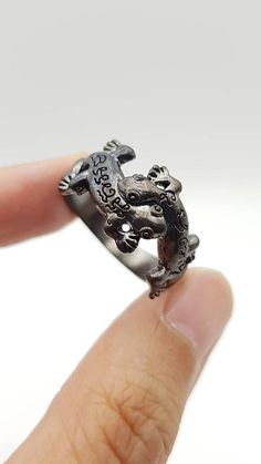 Hey, I found this really awesome Etsy listing at https://www.etsy.com/listing/476012765/thai-amulet-pair-of-lizard-ring-maha