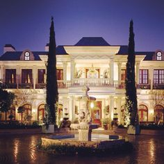 Le Belvédère Bel Air Estate, this is the house Bella and Gigi Hadid grew up. The entire estate in Bel Air is designed and Bel Air Mansion, Dream Mansion, White Mansion, Architecture Classique, Architecture Design, American Mansions, Mega Mansions, Luxury Mansions, Celebrity Mansions
