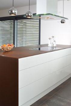 Küche mit weißen Hochglanzfronten - Grifflose Fronten