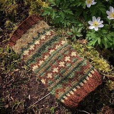 Fortsätter att leka med Supersoft. Just nu har jag inget stort projekt på gång, men mina händer vill sticka ändå. Så bra att öva på flerfärgsstickning då. #knittersofinstagram #knitting #stickning #supersoft @magasinduett #nature