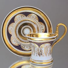 KPM Berlin: Große Perlfries Tasse mit Schlangenhenkel, Biedermeier, Blau, Gold, large classical cup and saucer, ca. 1820s