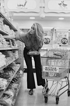 Do you think Jane Fonda still shops for herself at the grocery store, or does she have 'people' who do that for her? Fonda at the Mayfair Market - Beverly Hills - 1967 Jane Seymour, Classic Hollywood, Old Hollywood, Hollywood Icons, Hollywood Fashion, Pin Up, Looks Vintage, Vintage Glam, Vintage Vibes