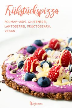 Fruity breakfast pizza with berries and coconut yogurt - How about pizza for breakfast? Healthy, tasty and well tolerated! You can find even more low-FODMAP - Breakfast Pizza Healthy, Vegan Breakfast Recipes, Healthy Snacks, Vegan Recipes, Snack Recipes, Yogurt Breakfast, Healthy Pizza, Food Intolerance, Coconut Yogurt