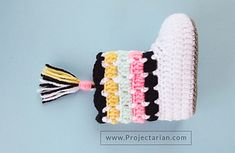 FREE PATTERN: Crochet Booties with Tassel tutorial. Crochet Booties Pattern, Crochet Boots, Crochet Bebe, Crochet Baby Booties, Crochet Slippers, Easy Crochet Patterns, Love Crochet, Crochet For Kids, Crochet Stitches