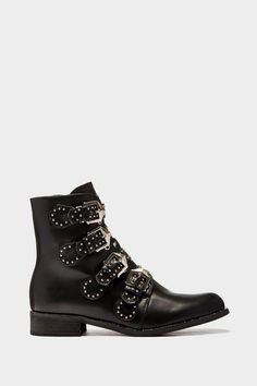 Give your everyday worker wear boots some bad-ass details with these four buckle boots with a silver stud embellishment all over. Style these with some super sk