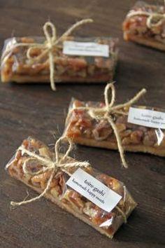 透明フィルムで包み、麻ひもを巻いてオリジナルシールを貼って簡単ラッピング。 モールドパックに入れて、二色の麻ひもを縛ってドライアジサイをシールで留めればナチュラルで可愛い贈り物ラッピングに変身! お弁当箱もラッピング用のボックスとして利用すると可愛いよ♪ Bake Sale Packaging, Baking Packaging, Bread Packaging, Dessert Packaging, Food Packaging Design, Diy Food Gifts, Handmade Christmas Gifts, Wrap Recipes, Granola Bars