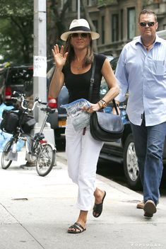 Jennifer Aniston Is All Smiles After Courteney Cox's Big News: Jennifer Aniston flashed her engagement ring as she ran errands around NYC on Thursday just as her onscreen and offscreen friend, Courteney Cox, confirmed big engagement news of her own. Cool Outfits, Summer Outfits, Casual Outfits, Fashion Outfits, Womens Fashion, Jennifer Aniston Style, Jeniffer Aniston, Spring Summer Fashion, Celebrity Style