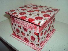 Caixa em mdf com pátina, decoupage e relevo transparente na tampa. ideal para esmaltes ou batons. Feita por encomenda em outras cores. R$ 27,00