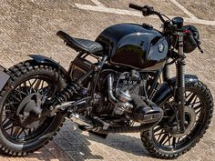 This is a custom motorcycle made by Fran Manen (Lord Drake Kustoms) based on a BMW and in a Cafe Racer and Scrambler style. Bmw R100 Scrambler, Scrambler Cafe Racer, Scrambler Motorcycle, Cruiser Motorcycle, Bmw K100, Triumph Motorcycles, Custom Motorcycles, Bmw R9, Vintage Bike Decor