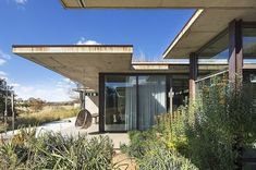 Designed by Daffonchio and Associates Architects, House V on Monaghan Farm in Lanseria, was built on an undisturbed hill with savannah grasslands South African Homes, African House, Concrete Siding, Prairie House, Thing 1, Forest House, Farm House, Property Design, Interior Design Photos
