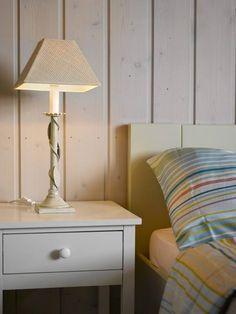BEDRE PLASS: Med de nye, praktiske nattbordene er det større plass ved sengen. Det fargerike sengetøyet er fra Ikea.