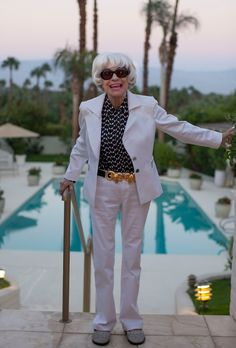 """ADVANCED STYLE sez: """"I had the immense honor of meeting the legendary Carol Channing in Palm Springs over the weekend. When asked what she thought about aging she replied, """" You're either you or you're not and I think you're the same at any age. Chic Outfits, Fashion Outfits, Womens Fashion, Carol Channing, Sixties Fashion, Advanced Style, Aging Gracefully, Style And Grace, Old Women"""
