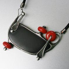 Vesmírný+průvodce+-+šungit+Autorský+ cínovaný+náhrdelník+je+vytvořen+z+velkého+kabošonu+šungitu+ -+měří+5,5+x+2,8+x+0,7+cm. Kámen+je+krásně+sametově+matný. Šperk+je+doplněn+červenými+skleněnými+rondelkami.+Celý+šperk+má+míry+ 6+cm+na+výšku+ a+6,5+cm+na+šířku,+měřeno+v+nejširších+místech.+ +Šperk+je+patinován,+leštěn+a+ošetřen+antioxidantem.+...
