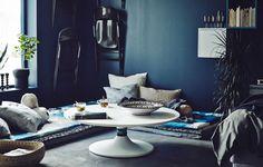 Für einen Sitzbereich mit einem unkonventionell niedrigen Esstisch brauchst du nur ein paar Matratzen, Kissen und unseren einfachen Hack für DOCKSTA Tisch.