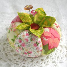 Pincushion Rosey Poseys Tomato Pincushion by fiberluscious on Etsy Needle Case, Needle Book, Fabric Crafts, Sewing Crafts, Sewing Projects, Sewing Box, Sewing Notions, Little Presents, Diy Pins