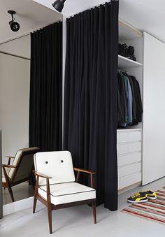 O espaço do closet se separa do quarto apenas por uma cortina de sarja – solução econômica sugerida pela arquiteta Luciana Penna