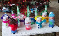 Из картонных туалетных рулонов можно сделать все что угодно и даже таких симпатичных снеговиков. Помимо рулонов понадобится цветная бумага, краски, ткань, детские варежки для шапочек.