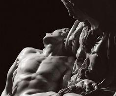 La Sublime Perfezione Scultorea Di Michelangelo negli Scatti Di Aurelio Amendola