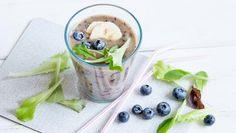 Ein grüner Smoothie steht auf einem Tisch. Avocado Smoothie, Detox Drinks, My Recipes, Food Inspiration, Smoothies, Health Fitness, Pudding, Vegetables, Healthy