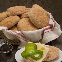 Recept på saftiga, luftiga tekakor med extra fiber Bread Recipes, Baking Recipes, Fiber, Muffin, Food And Drink, Cheese, Cookies, Breakfast, Ethnic Recipes