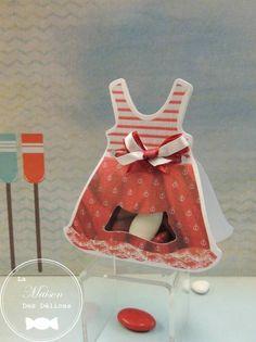 Ballotin à dragées baptême robe rouge, haut marinière rayée, le bas agrémenté d'ancres marines. Ce contenant à dragées est idéal si le thème de votre évènement familial est celui de la mer. http://www.maison-des-delices.fr/contenants-a-dragees-mariage-ballotin-652