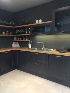 30 Fun and Fresh Decor Ideas to Make Your Kitchen Wall Looks Amazing : Petite cuisine noire - Sonja Sell - Home Kitchens, Kitchen Design Small, Kitchen Remodel Small, Kitchen Design, Kitchen Decor Apartment, Modern Kitchen, Home Decor Kitchen, Kitchen Interior, Apartment Kitchen