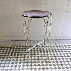 アンティークアイアンのカフェテーブル|小さな丸い天板とホワイトペイントのアイアンの脚が素敵なテーブルです!脚先ツイストのアイアンワークがとってもクールですね。カフェテーブルやビストロテーブルとしてはもちろん、プラントスタンドやサイドテーブル、ガーデンテーブルなどお客様の発想次第で用途も広がりますね!
