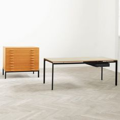 In the young Danish furniture designer Poul Kjaerholm created a series of tables for the Royal Danish Academy of Fine Arts. Poul Kjærholm himself had Danish Furniture, Scandinavian Furniture, Classic Furniture, Contemporary Furniture, Luxury Furniture, Vintage Furniture, Furniture Decor, Furniture Design, Outdoor Furniture