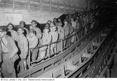 Ondergrondse mijnwerkers wachten op de liftkooi, Oranje Nassau Mijnen, Heerlen (1952-1953) Amazing Photos, Cool Photos, Shops, Earth, Deep, Statue, Retro, Antiques, Pictures