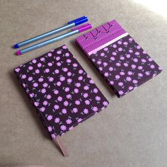 Kit com: *caderno tamanho 10 x 15 cm, com 140 páginas em papel reciclado, guarda em papel de scrapbook e linda estampa marrom com florzinhas *bloco tamanho 14 x 9 cm, com 50 folhas de papel book, feito com costura japonesa e estampa combinando com o caderno. R$ 40,00