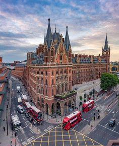 Explore the most beautiful places in London ▶️ . St Pancras Renaissance Hotel looking particularly stunning 😍👌… London Places, London Hotels, Renaissance Hotel, Beautiful London, Beautiful Places, Amazing Places, London United, England And Scotland, London Calling