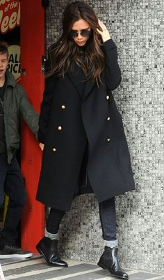 //Victoria Beckham in Chelsea boots outfit Adrette Outfits, Winter Outfits, Casual Outfits, Fashion Outfits, Fashion Ideas, Fashion Boots, Casual Shoes, Fashion Trends, Black Ankle Boots Outfit