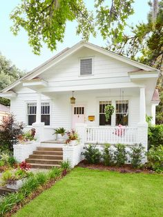 Savannah, Georgia Curb Appeal For Every Style - HG. - Savannah, Georgia Curb Appeal For Every Style - HG. - Always wanted to learn to kn. Modern Farmhouse Exterior, Farmhouse Front, Craftsman Bungalow Exterior, Bungalow Homes, Craftsman Bungalows, Cottage Style Homes, Craftsman Style Homes, Beach Cottage Exterior, Bungalow Interiors