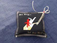 genähtes Grußkissen im Miniformat, Motiv Weg mit Schriftzug Der Weg ist das Ziel und Duftnote Ringelblüte