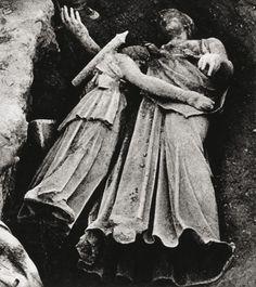 Η «μικρή Άρτεμις», όπως βρέθηκε αγκαλιασμένη με τη χάλκινη Αθηνά, Ιούλιος 1959. Αρχείο της Εν Αθήναις Αρχαιολογικής Εταιρείας. Από το βιβλίο Οι μεγάλες στιγμές της ελληνικής αρχαιολογίας, εκδόσεις Καπόν.