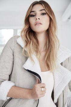 Model Stefanie Giesinger präsentiert die neuen Trends in Ihrem Shop bei @aboutyoude wie beispielsweise diese warme Jacke mit Lammfelloptik !