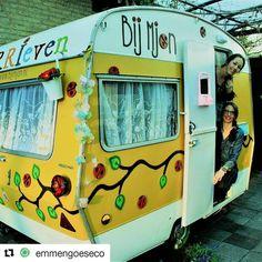 Zo leuk dat @bijmjon & @marisecampfens er ook bij zijn op 30 april @emmengoeseco Kinderen kunnen bij hun Kerrieven aan de slag met 'Sprokkelkunst'! #emmengoeseco #kidsart #creative #nature #art #caravan