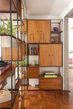 Módulo Trinca como divisor de espaços com armários e gavetas.