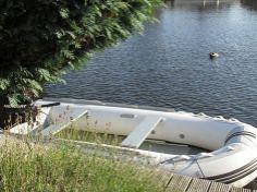 Schlauchboot zum Ferienhaus in Lemmer mieten. Führerschein frei http://aqua-holidays.de/boot-mieten/schlauchboot-zeepter-330/