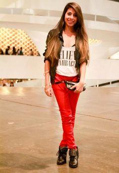 combinação rocker da calça vermelha, jaqueta de couro e a bota com tachas