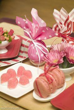 lila farbschema korb ostereier  rosa verpacktes ei