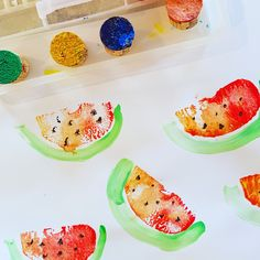 """tampon """"pastèque"""" réalisé avec la moitié d'une pomme. les détails au pinceau. (matériel : gouache, pomme, pinceau)"""