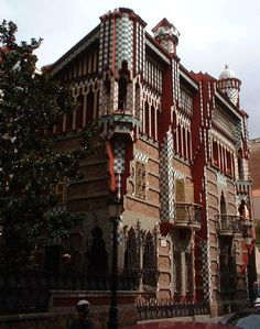 Casa Vicens (1884-1885) by Antoni Gaudi (1852-1926). It was his first building. His very specific style is called Modernism Català. One finds it in the district Gracià, Carrer de les Carolines, 24. Should you have some small hidden savings, there is good news for you. Indeed it is for sale at the modest price of € 30,000,000. Don't wait to buy.