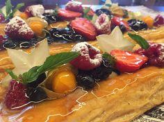 Banda de hojaldre y frutas variadas
